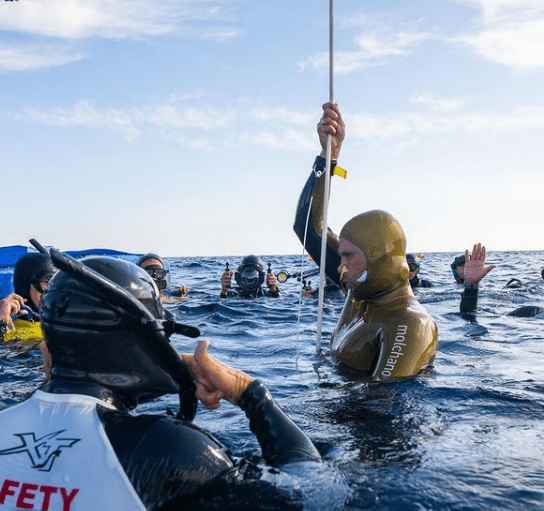Respiración de seguridad tras la apnea, alexey molchanov realiza Hook Breath sujetando el cabo después de batir un nuevo record mundial
