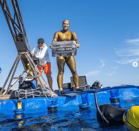 Alexey Molchanov sujeta orgulloso su record mundial de apnea en peso constante con bialeta